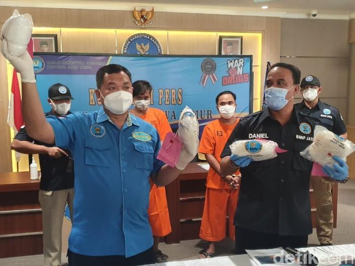 Badan Narkotika Nasional Provinsi (BNNP) Jatim membongkar kasus narkotika di Surabaya. Empat kilogram sabu diamankan dari dua tersangka.