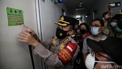 Petugas medis melakukan swab antigen kepada pemudik di kawasan hunian vertikal Apartemen Gading Nias, Kelapa Gading, Jakarta Utara, Kamis (20/5).