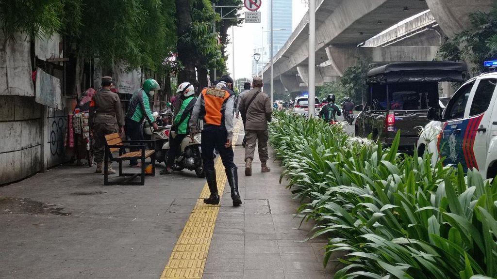 Ojol Mangkal di Trotoar dan Jalanan Stasiun Manggarai, Grab Menanggapi