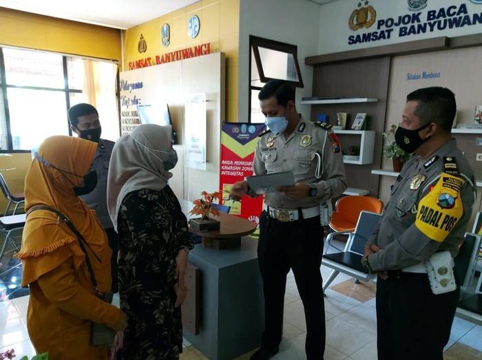 Polresta Banyuwangi Berikan SIM dan Pembuatan Duplikat STNK Gratis Kepada Keluarga Kru KRI-Nanggala 402
