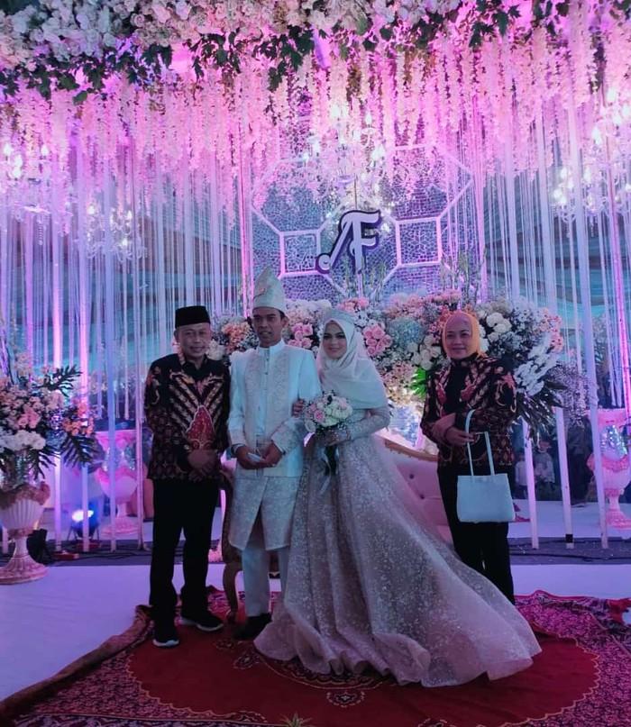 Resepsi pernikahan Ustaz Abdul Somad dan Fatimah Az Zahra yang digelar di Gedung Unida Gontor penuh dengan nuansa emas.