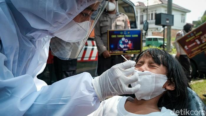 Anak-anak mengikuti tes antigen COVID-19 yang digelar di Kampung Tangguh Jaya Villa Inti Persada, Tangerang Selatan, seminggu setelah Idul Fitri. Mereka turut ditemani orang tua.