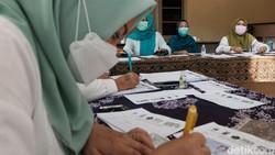 Anak-anak mengikuti tes antigen di Kampung Tangguh Jaya Villa Inti Persada, Tangerang Selatan, seminggu setelah Idul Fitri. Mereka turut ditemani orang tua.