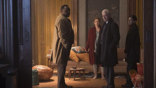 Woman in the Window (2021), L to R: Brian Tyree Henry as Detective Little, Amy Adams as Anna Fox, Gary Oldman as Alistair Russell, and Jeanine Serralles as Detective Norelli