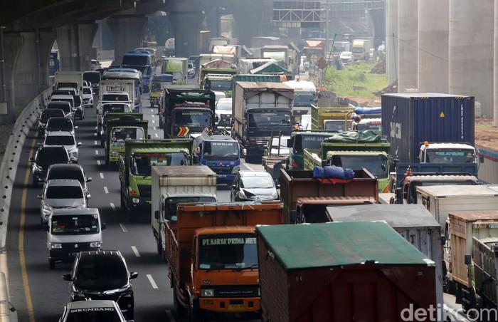 Tol Jakarta Cikampek, Bekasi Barat, Kota Bekasi, terpantau macet pagi ini. Kemacetan mulai dari pintu tol Bekasi Barat hingga simpang susun Cikunir.