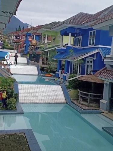 Viral kolam renang di depan vila seperti yang ada di dalam mimpi.