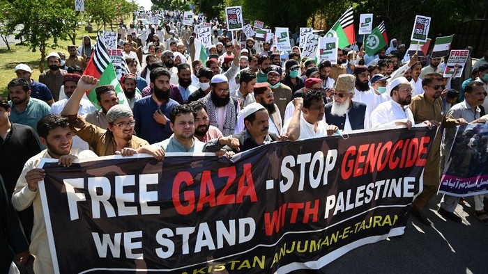Demonstrators hold placards and shout slogans as they march in support of Palestine during an anti-Israel protest rally in Islamabad on May 21, 2021. (Photo by Aamir QURESHI / AFP)