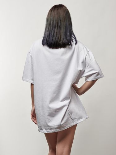 Ilustrasi wanita memakai kaus.
