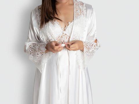 Ilustrasi wanita memakai baju tidur satin.