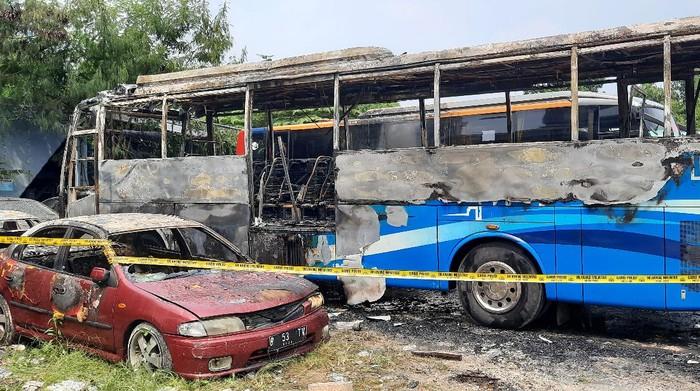 Bus JR Connexion terbakar di pos transit Mampang Prapatan, Jaksel
