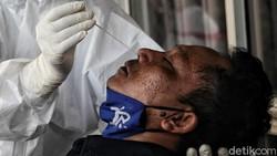 Sejumlah pekerja pabrik yang baru kembali dari mudik menjalani swab antigen di Jakarta Utara. Hal itu dilakukan sebagai upaya pencegahan penyebaran COVID-19.