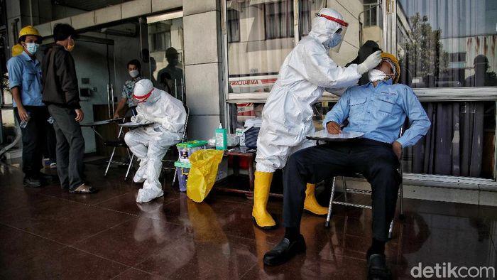 Sejumlah pekerja pabrik yang baru kembali dari mudik jalani swab antigen di Jakarta Utara. Hal itu dilakukan sebagai upaya pencegahan penyebaran COVID-19.