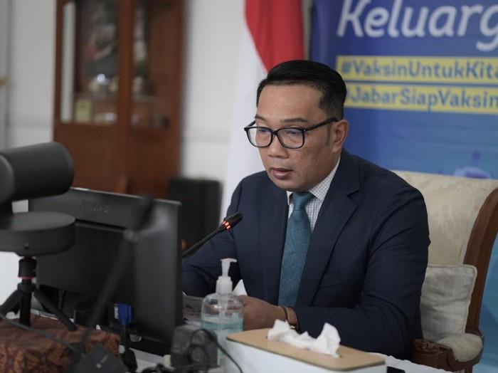 Gubernur Jawa Barat Ridwan Kamil saat menghadiri Halal bi Halal bersama Otoritas Jasa Keuangan (OJK) Provinsi Jabar dan Kantor Perwakilan Bank Indonesia Jabar via konferensi video di Gedung Pakuan, Kota Bandung, Jumat (21/5/2021).