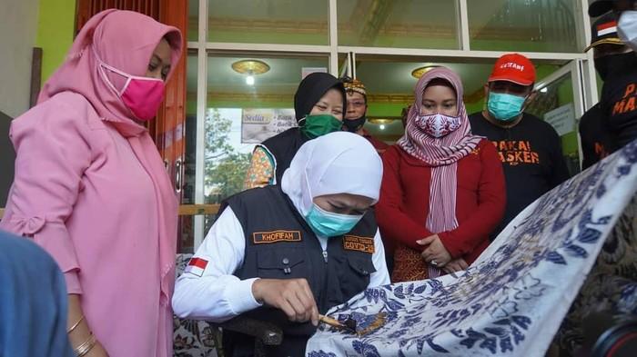 Gubernur Jawa Timur ketika mengunjungi Batik Erna Kota Mojokerto