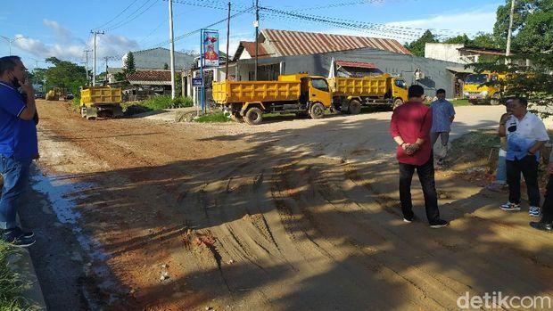 Jalan poros rusak di Baruga, Kota Kendari mulai diperbaiki.