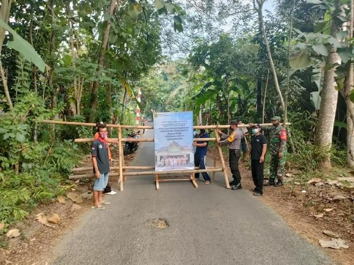 Jelang Lebaran Ketupat, Jalan-jalan Kampung Durenan Trenggalek dipasang Portal