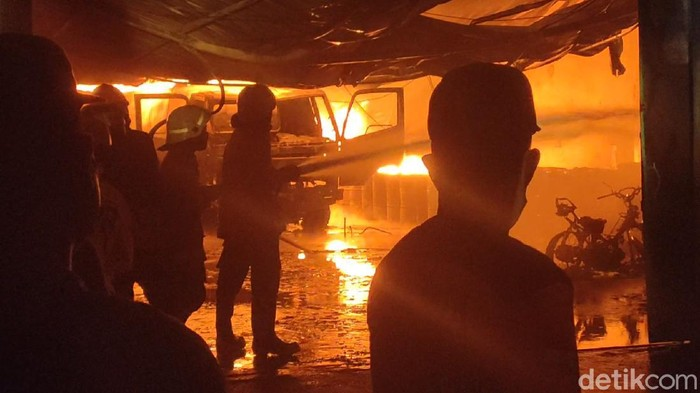 Kebakaran gudang penyimpanan thinner di Sragen, Jumat (21/5/2021)