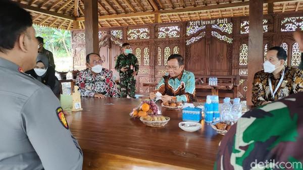 Mahfud MD, menyempatkan diri berkunjung ke Kopi Ingkar Janji saat perjalanan pulang seusai menghadiri agenda di Borobudur, Jawa Tengah. Menurut Mahfud, Kopi Ingkar Janji makanannya asyik, tempatnya juga bersih serta alamnya indah. (Jalu Rahman Dewantara/detikTravel)