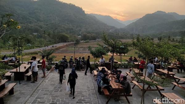 Inilah kedai Kopi Ingkar Janji yang sedang ngehits di Kulon Progo. Kopi Ingkar Janji menyajikan berbagai kuliner tradisional yang dipadukan dengan suguhan alam pedesaan. (Jalu Rahman Dewantara/detikTravel)