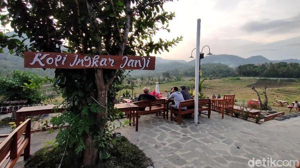 Lokasinya berada di Jl. Raya Kaligesing No.17, Tileng, Pendoworejo, Girimulyo, atau sekitar 20 Km dari barat Kota Yogyakarta. Di tempat ini pengunjung dapat menikmati menu-menu Ndeso yang cukup lengkap. (Jalu Rahman Dewantara/detikTravel)