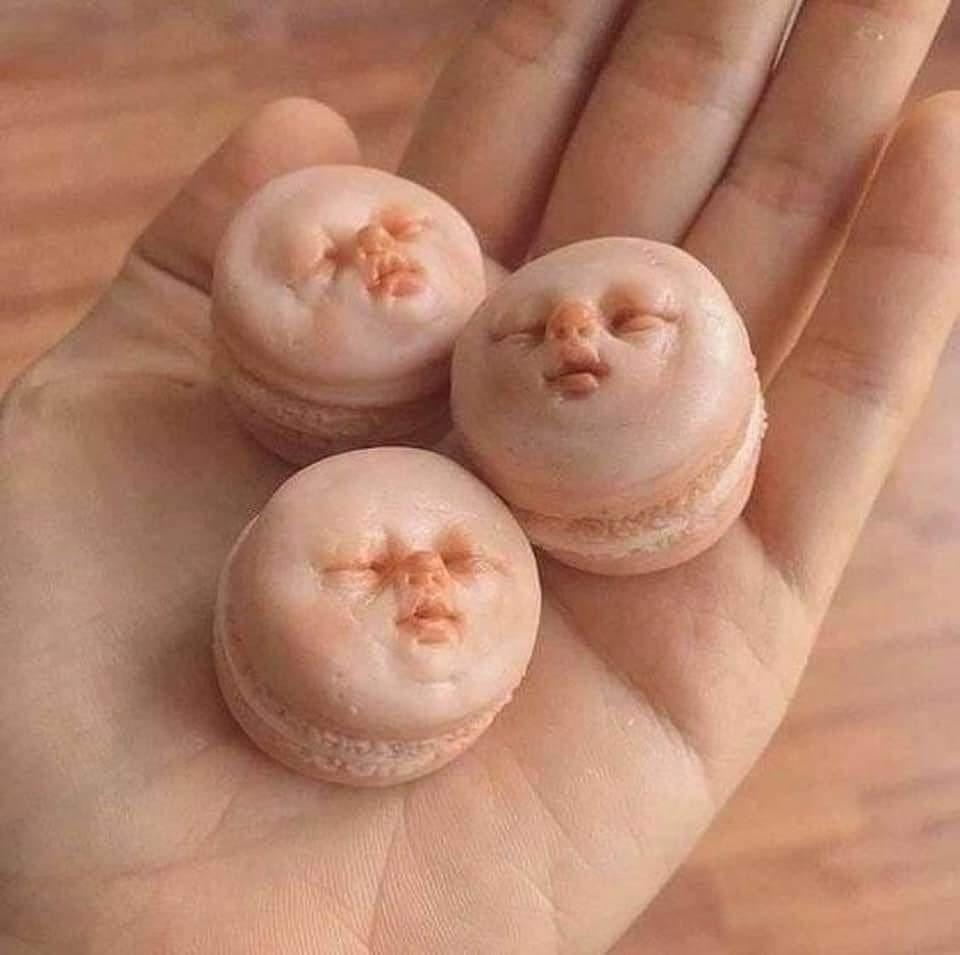 Nyleneh! Macaron Ini Dibuat dengan Bentuk Wajah Bayi
