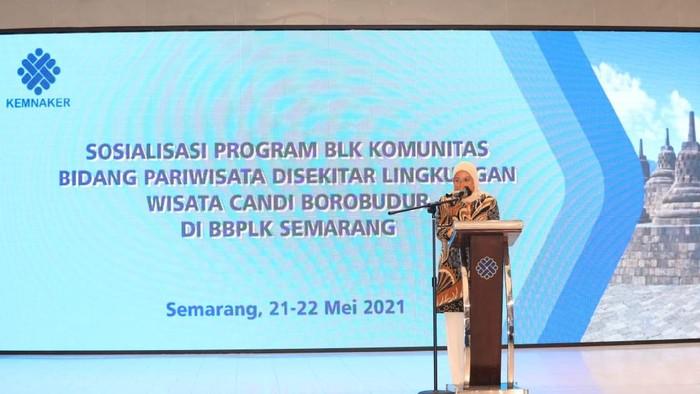 Menaker Ida Fauziah dalam acara Sosialisasi Program BLK Komunitas Bidang Pariwisata di sekitar Lingkungan wisata Candi Borobudur di Semarang, Jumat (21/5/2021).