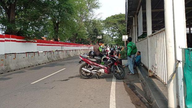 Ojol mangkal di Stasiun Manggarai, Jumat (21/5/2021).