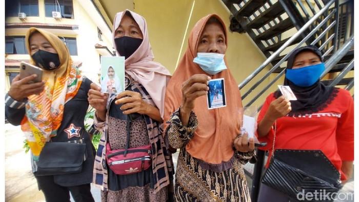Orang tua menunjukkan foto keempat gadis asal Palembang yang hilang bersamaan (Prima S/detikcom)