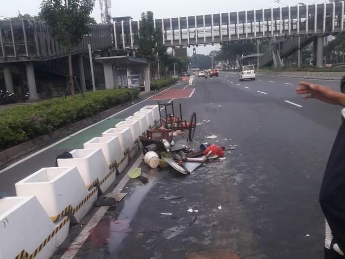 Pedagang mi ayam ditabrak mobil di Sudirman, gerobaknya hancur