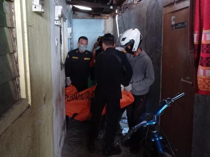 Pria di Surabaya yang berusia 18 tahun diduga menjadi korban pembunuhan. Korban ditemukan tewas dalam kamar kos.