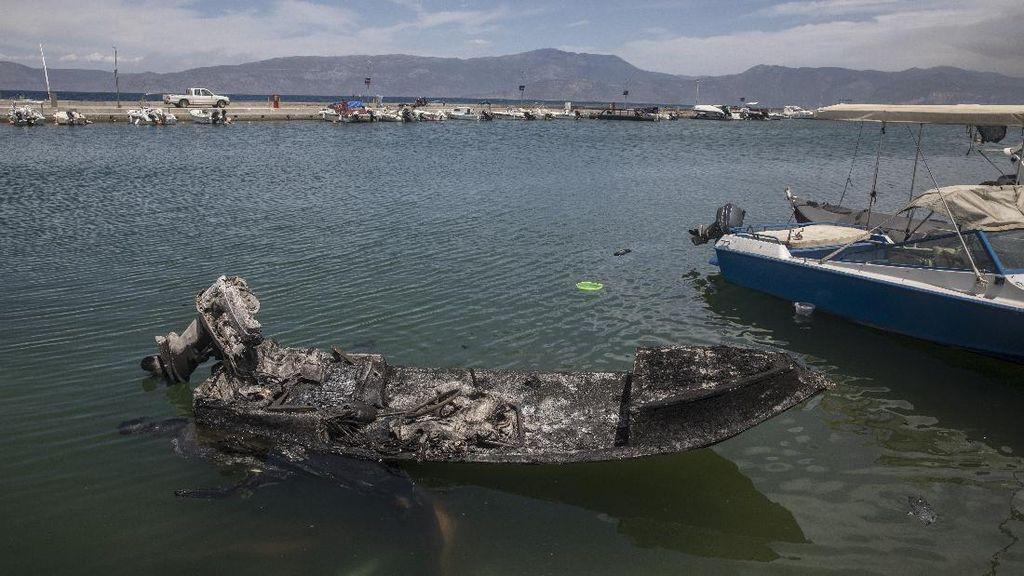 Foto: Perahu-Rumah Gosong Gegara Kebakaran Hutan di Yunani