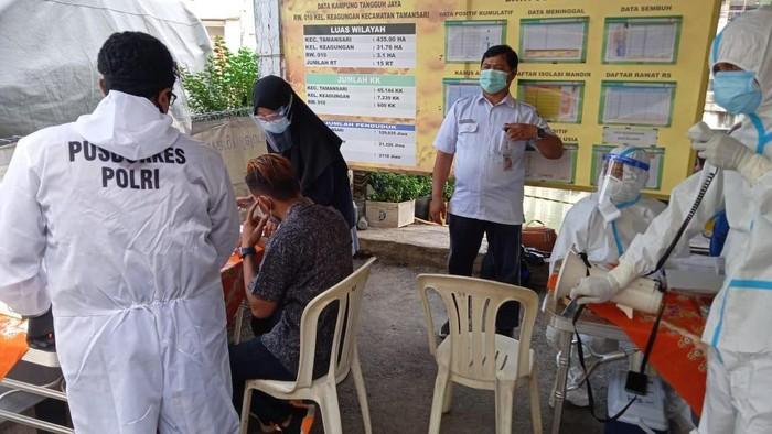 Petugas menyemprot disinfektan di wilayah rumah warga yang positif COVID-19 usai mudik