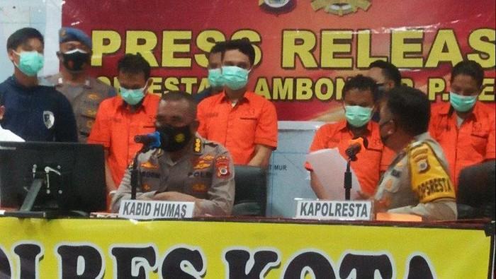 Polisi saat merilis enam pelaku terlibat kasus penjualan senjata api laras panjang dan ratusan peluru ke Papua. (ANTARA/Daniel Leonard)