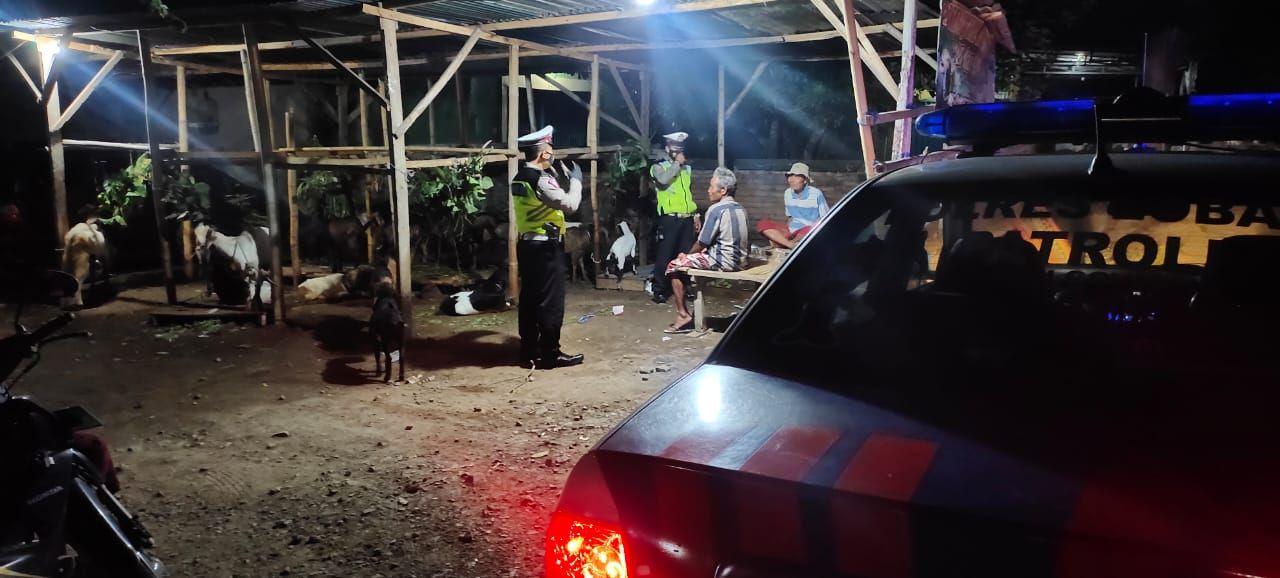 Jajaran Sat Lantas Polres Lobar memantau penerapan protokol kesehatan di lokasi yang dijadikan tempat tongkrongan malam.