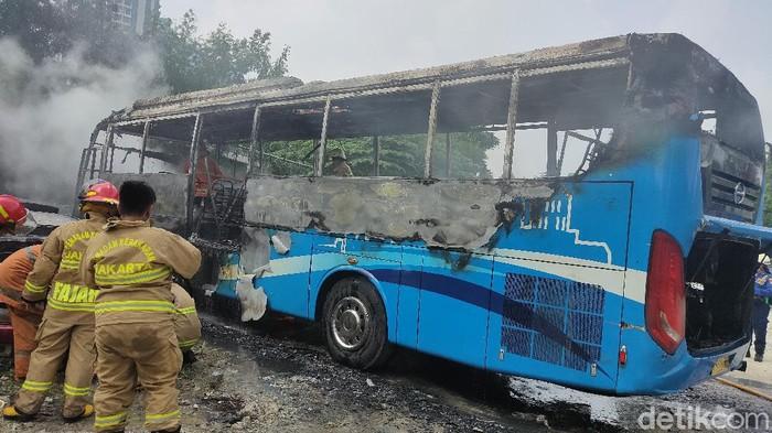 Sebuah bus Transjabotabek terbakar dipul bus kawasan Mampang, Jakarta Selatan, Jumat (21/5/2021).