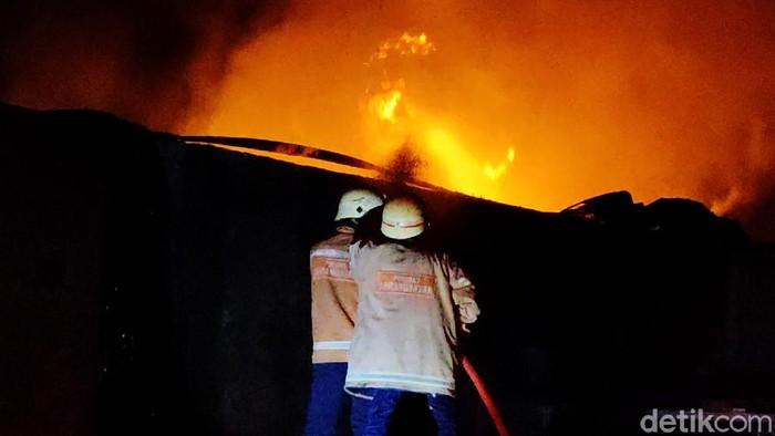 Kebakaran melanda gudang penyimpanan tiner di Sragen, Jawa Tengah, Jumat (21/5) dini hari. Tiga orang karyawan mengalami luka bakar dan dilarikan ke rumah sakit terdekat.