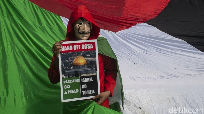 Massa kembali menggelar aksi bela Palestina di Kedutaan Besar Amerika Serikat (Kedubes AS), Jakarta Pusat, Jumat (21/5/2021). Beragam aksi pun mereka tunjukkan di depan kedubes tersebut.