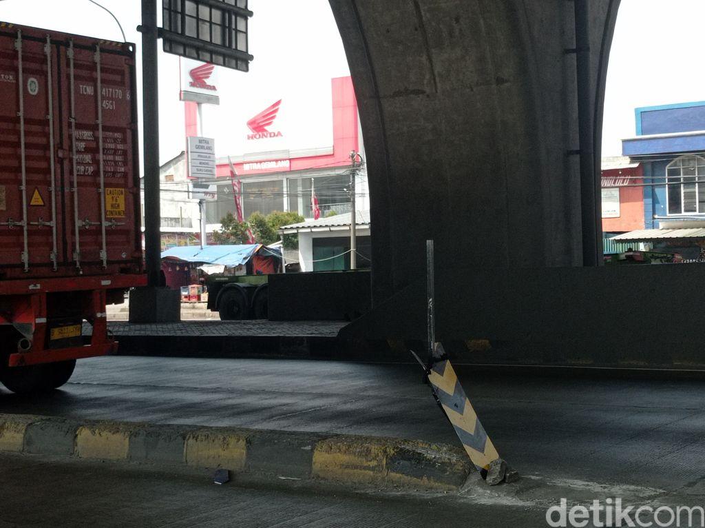 Rambu peringatan di pembatas jalan rawan kecelakaan, Jl Raya Cilincing, Jakut, 21 Mei 2021. (Wilda Hayatun Nufus/detiikcom)