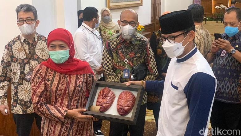 Sandiaga bertemu Khofifah di kantornya, hari Jumat siang (21/5).