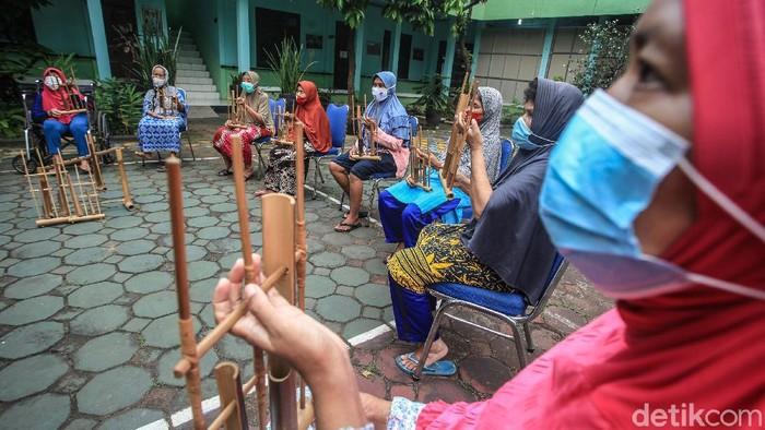 Sejumlah lansia tengah berlatih alat musik angklung. Selain mengisi waktu luang, bermain alat musik juga diharapkan dapat bantu para lansia melawan kepikunan.