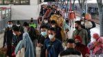 Sibuknya Stasiun Pasar Senen yang Masih Kedatangan Pemudik Arus Balik