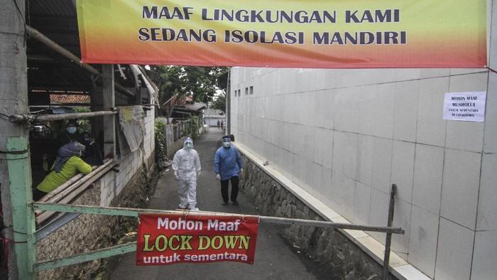 Petugas medis jemput bola bersiap melakukan tes usap PCR bagi warga yang tidak bisa keluar rumah di Jalan As-Syafiiyah, Cipayung, Jakarta, Jumat (21/5/2021). Kawasan zona merah tersebut memberlakukan mikro lockdown serta tes usap PCR secara massal setelah sebanyak 51 orang warga positif COVID-19 berasal dari klaster halal bihalal di Kelurahan Cilangkap, Kecamatan Cipayung. ANTARA FOTO/Asprilla Dwi Adha/pras.
