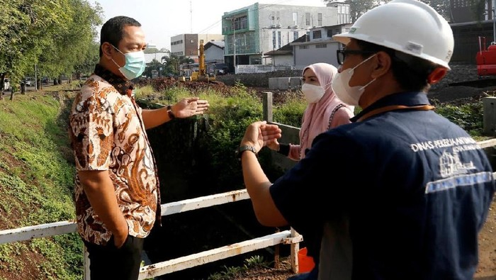 Wali Kota Semarang Hendrar Prihadi saat meninjau proyek pembangunan ruas Jalan Sriwijaya di Kota Semarang