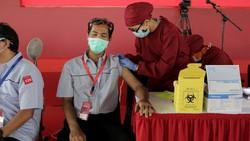 Program vaksinasi gotong royong telah resmi dijalankan sejak Selasa (18/5) untuk kalangan pekerja. Beginilah potret penyelenggaraannya.
