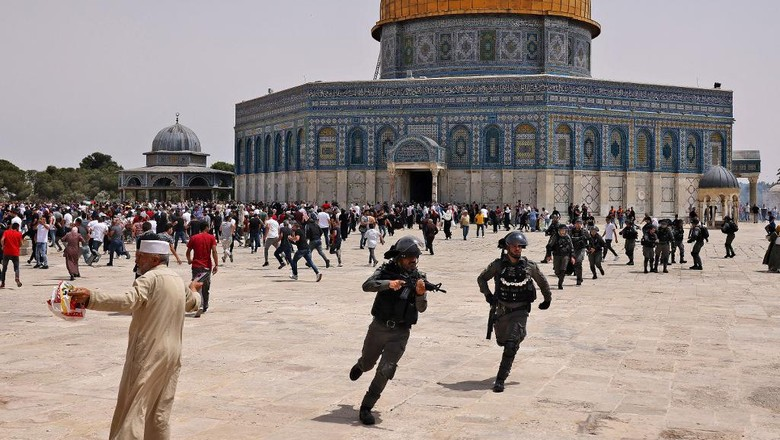 Israeli security forces and Palestinian Muslim worshippers clash in Jerusalems al-Aqsa mosque compound, the third holiest site of Islam, on May 21, 2021. - Fresh clashes between Palestinians and Israeli police broke out at Jerusalems Al-Aqsa mosque compound today, in the latest unrest at the sensitive religious site, AFP journalists and police said. Israeli police spokesman Micky Rosenfeld said officers were targeted by Palestinians who threw stones and had begun