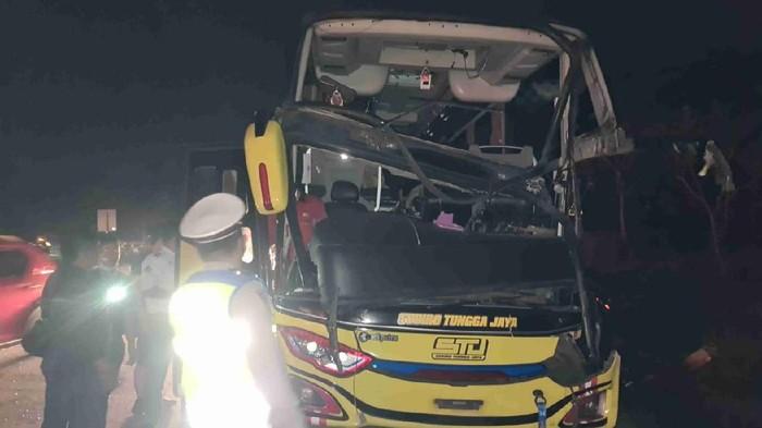 Bus menabrak truk di Tol Cipali, Subang, Sabtu (22/5/2021)