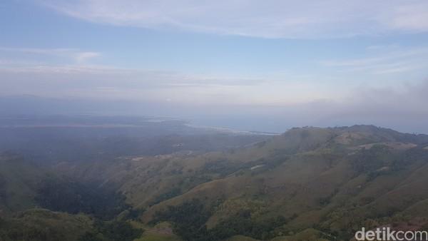 Saat berada di puncak, mata traveler langsung dimanjakan keindahan panorama alam.