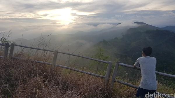 Dari puncak Buttu Bendera, traveler juga bisa melihat jejeran pegunungan berselimut awan, sangat cocok menjadi latar bagi traveler yang suka berswafoto.