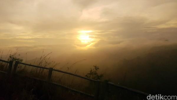 Jika beruntung, traveler juga bisa melihat keindahan warna langit yang memerah, saat matahari tenggelam.