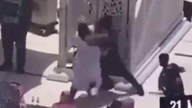 Imam Masdijil Haram, Syekh Bandar Al Baleelah, diserang pria bersenjata. Peristiwa penyerangan itu terjadi saat dia sedang ceramah Salat Jumat, (21/5/2021). (Dok: Twitter Haramain/@Haramaininfo)